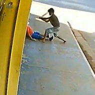 ホームレスの男が木材で通行人を殴り倒す…これは狙ってますわ