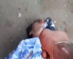 カルテルによる処刑で二人の男が拘束されて銃殺される…