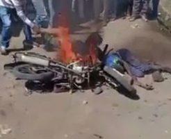 燃えたオートバイに押し付けられて住民たちから暴行を受ける泥棒二人…