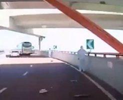 高速道路でバスが作業中のクレーンにぶつかった結果…