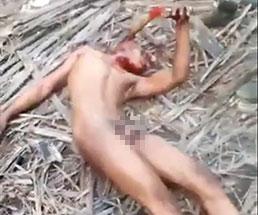 【閲覧注意】全裸の男性を手斧で残酷に殺害する様子がエグすぎる…