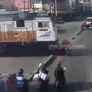 遮断機手前スギィw電車が来てるのに踏切を渡ろうとした女性バイカーは…