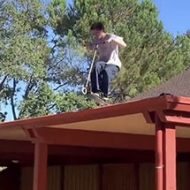 キックボードで屋根から…なんで海外はこんなおバカなことをしてしまうのかw