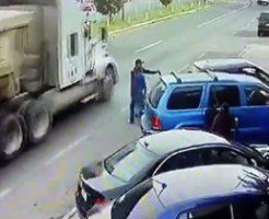 突如バックしてきた無能な運転手によって大型トラックに轢き殺される男性…
