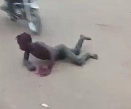 泥棒が自警団のバイカーたちに何度も轢かれる拷問を受けて血まみれ