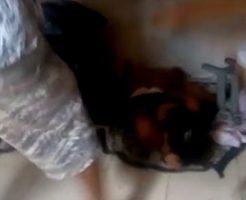 木材でスラム街の女性をフルボッコに…男としてそれはどうなの…