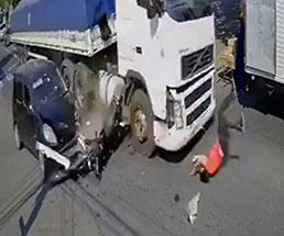 これはひどい…横から突っ込んできた車に吹っ飛ばされ並走していたトラックにそのまま…