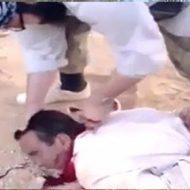 うつ伏せにされた男性がナイフで首を掻っ切られ大量の血が…