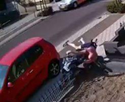 完全に出オチw見るだけで痛々しいバイク事故映像
