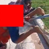なんでそんなことに…?少女と老人の身体に突き刺さる棒状の鉄