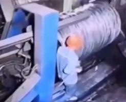 巨大な圧縮する機械から抜け出せなくなった作業員…