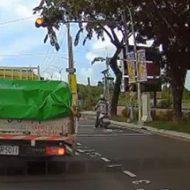 赤信号で停止していたら目の前でバイクが…時が一瞬止まる