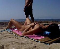ヌーディストビーチでオナニーしてオカズを提供する変態女性w