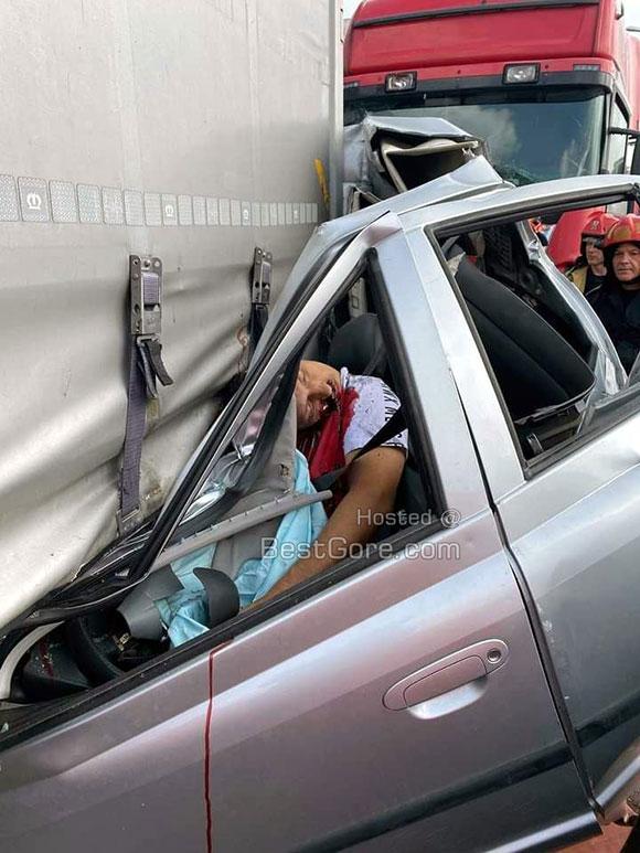 高速道路でトラックに前後から潰されてしまった乗用車