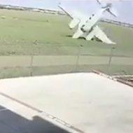 飛行機が頭から地面に墜落して大爆発する衝撃的瞬間…