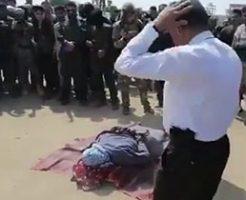 人を殺した女性を衆人たちの前で銃殺処刑