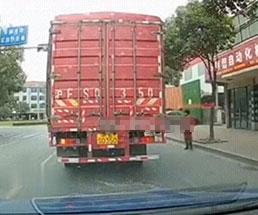 大型トラックの下に飛び込んでダイナミック自殺する女性