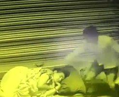 ぐっすりと眠るホームレスの女性が男に絞殺される一部始終…