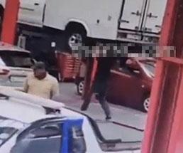 車の下でメンテ作業中の男性がバランスを崩し落ちてきた車の下敷きに
