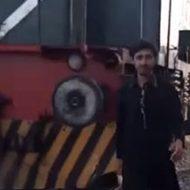 線路ギリギリを歩く男が後ろからやって来た電車に…おバカだなぁ…