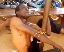 ポールに縛られた泥棒が警察に暴行され必死に許しを請うが…