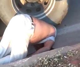 ダンプの大きなタイヤに頭を潰された状態で死んでいる男性…