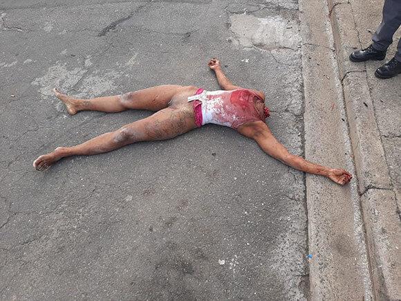 首を切断されマンコ丸見えの状態で通りに放置された女性の死体