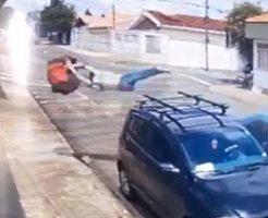 十字路の道でバイク配達員が車とクラッシュして空を飛ぶ