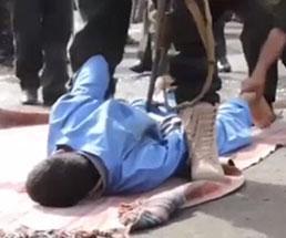 群衆の前で処刑を行うが一発で死なないように致命傷を避けて…