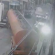 燃料タンクの後ろで指示を出していた男性が突っ込んできた大型トラックに…