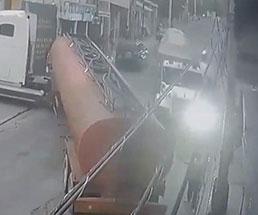 タンクローリーの後ろで指示を出していた男性が突っ込んできた大型トラックに…