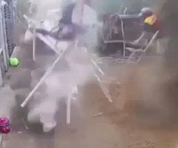 作業中の足場が崩れて落下していく作業員たちの衝撃的瞬間