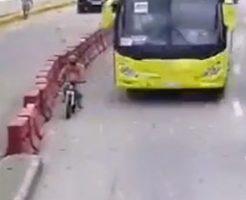 そんな至近距離でバスの近く走ってたらそうなるだろうなって…