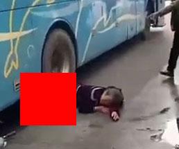 バスに轢かれタイヤが乗ったままの状態の女性バイカーが可哀想…