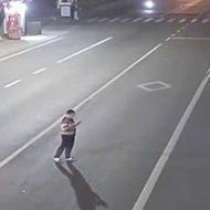 スマホ弄りながら道路を横断してその途中で立ち止まる奴とかおる?