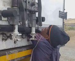 トラックの荷物を盗もうとした男性が腕をドアに挟まれる罰