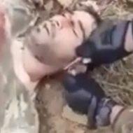 アルメニア人の耳を切り落とすアゼルバイジャンの兵士