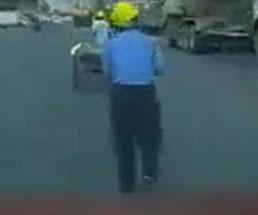 ポールを運んでいる作業員の後ろから車が突っ込んだ結果…