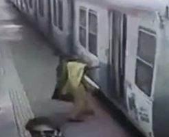 動き出した電車に飛び乗ろうとして吹っ飛ばされる女性