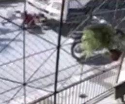 トラックに轢かれて体勢を崩した人がそのままタイヤに押し潰される…