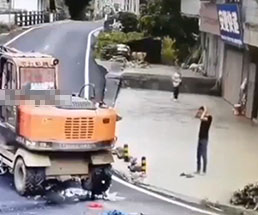 重機で運転手ごとバイクを轢き潰してしまい頭を抱える男性…