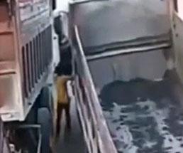 動き出したトラックを止めようとした運転手が押し潰される