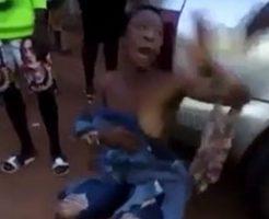 泥棒の黒人女性が集団リンチされて服を剥ぎ取られるw
