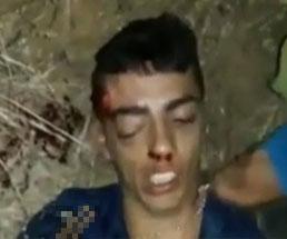 瀕死の男性の耳をナイフで切り取り首を突き刺して殺す