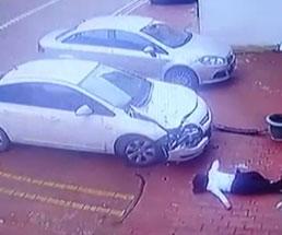 車がひしゃげるほどの勢いで飛び降りした女性