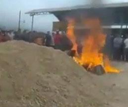 人を殺した男性二人が住民たちによって集団リンチされ燃やされる…