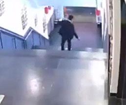 階段を下りていたサラリーマンが華麗に落下w