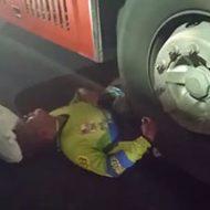 トラックに乗られた男性は身体が半分に…