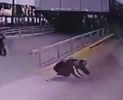 滑り込むように飛び込み自殺してくる男性