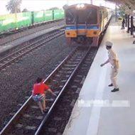 駅員は目の前で線路に飛び込む女性を止められない